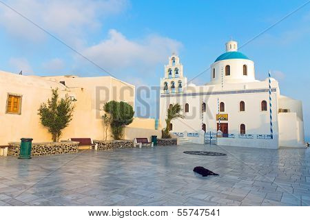 Church and main square in Oia