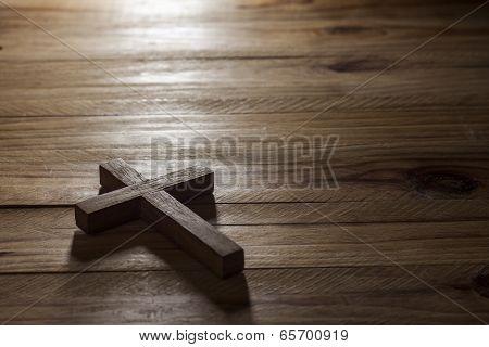 Cross over wood table