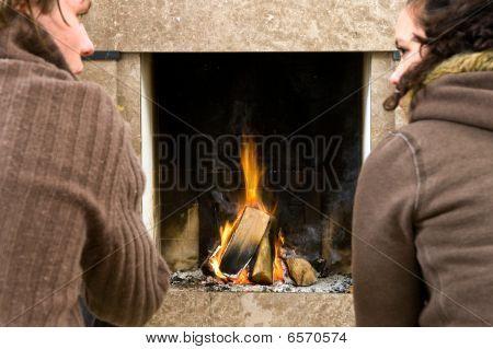 Junto a la chimenea