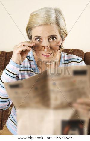 Mulher sênior com jornal