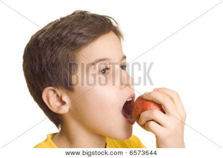 Menino comendo maçã