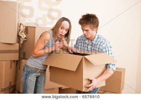 Casa nueva: Joven pareja caja móvil, desempaquetado