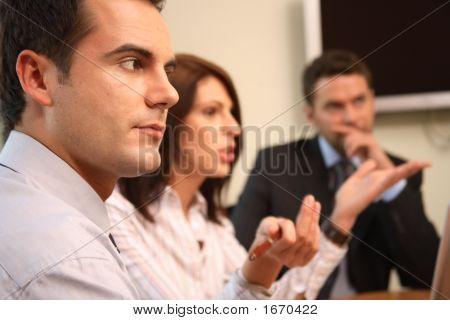 Grupo de empresarios en una reunión - un hombre en foco