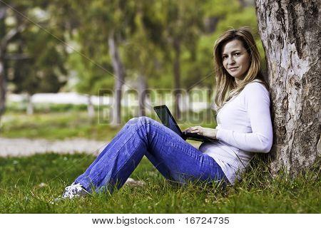 Mujer sentada con ordenador portátil