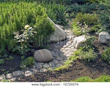 Grünen Garten mit gepflasterten Pfad.
