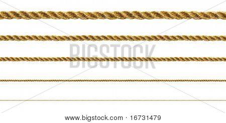 Cuerda de oro sobre fondo blanco (aislada).
