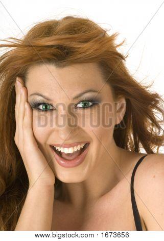 schöne rothaarige Frau suchen glücklich und überrascht auf weißem Hintergrund