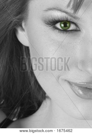 Hermosa mujer mitad retratos en blanco y negro con ojos verdes
