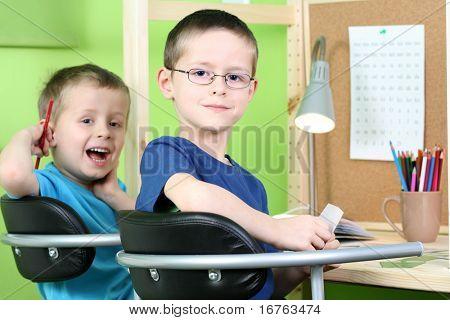 dos chicos que hacen su tarea - educación