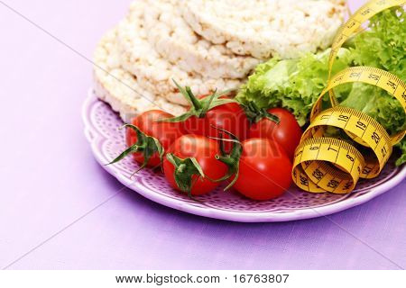 plate of rice cakes tomatoes and letuce - on diet
