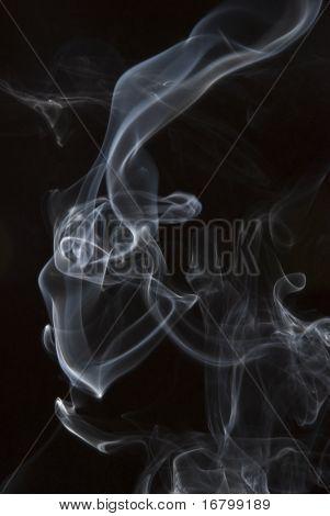 Rauchen auf schwarzem Hintergrund