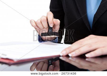 Estampado a mano - joven Empresaria (o notario) estar en el escritorio de oficina y sellado