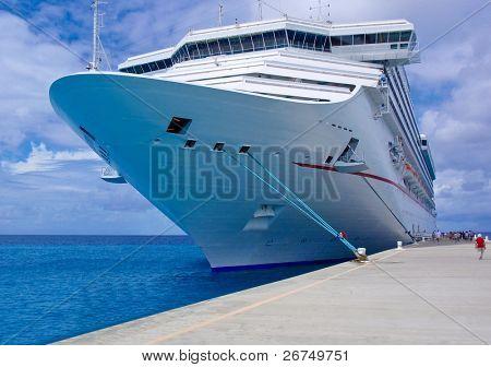 El barco de pasajeros en el puerto.
