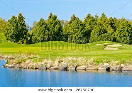 Golf lindo lugar com lindo verde e lagoa.