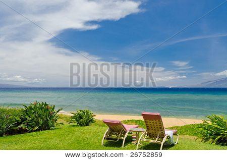 Playa y mar escénico para vacaciones y escapadas de verano