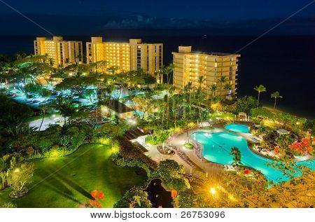 Este complejo de lujo con piscina en vista de noche