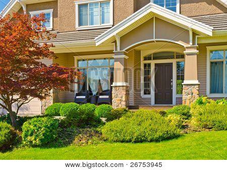 Eingang von einem großen Luxus-Haus mit schöne outdoor-Landschaft.