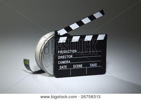 claqueta y el carrete de película en el fondo