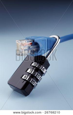 Cable de red bloqueado con un candado.