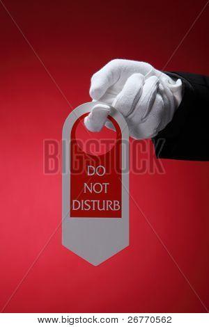 close-up de funcionários do hotel, segurando um sinal de porta não perturbe