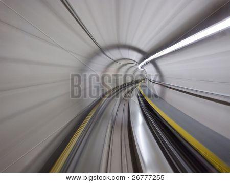 Ir a través del túnel subterráneo (aeropuerto de Zurich)