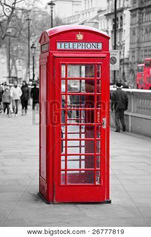 Cabina de teléfono roja famosa en Londres, Reino Unido