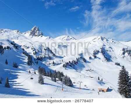Inclinam-se sobre o resort de esqui Flumserberg. Suíça
