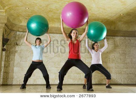 Jóvenes, hacer ejercicio con la bola de la aptitud