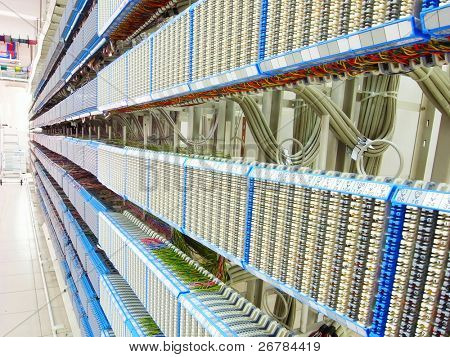 Schuß von Netzwerkkabel und Servern in einem Rechenzentrum Technologie