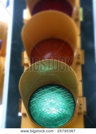 una imagen de semáforos, mientras que la luz verde
