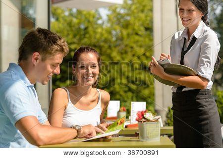 Paar im Café von Kellnerin Mann Punkt Menüs bestellen