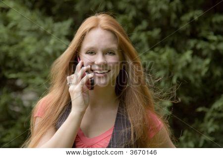 Menina no telefone com um grande sorriso