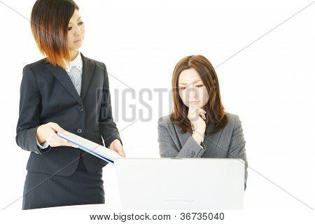 Dos de la mujer de carrera de mirada inquieta