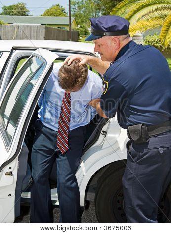 Empujó en el coche de policía