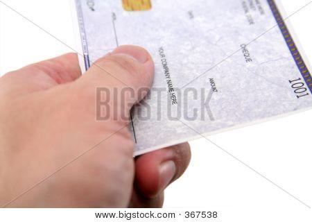Hand über einen Scheck