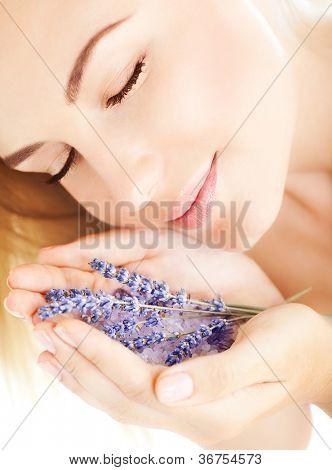 Foto de flores de lavanda cheiro roxo menina bonita, closeup retrato bonito mulher com ey fechado
