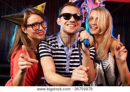 Porträt von happy Friends Mikrofon in der Karaokebar singen