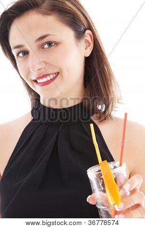 Elegante mujer beber un cóctel