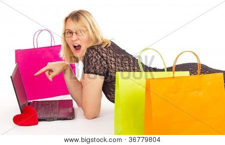 Mulher atraente, compras pela Internet