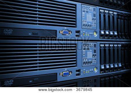 Pilha de servidores com discos rígidos em Rack