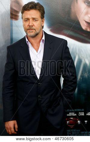 """NUEVA YORK-junio 10: Actor Russell Crowe asiste el estreno mundial de """"Hombre de acero"""" en el Alice Tully Ha"""