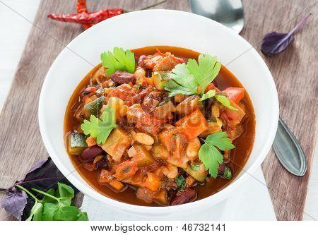 Chili vegetariano con frijoles rojos y blancos