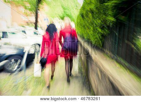 Mujeres de la ciudad en rojo