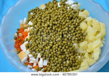 Guisantes, Verduras Y Huevo En Un Bol
