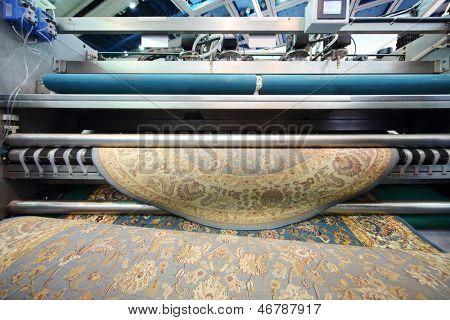 Moskau - 15. NOVEMBER: Demonstration der Maschine, die Wolle Teppich am 14. internationalen Ausstellung reinigt