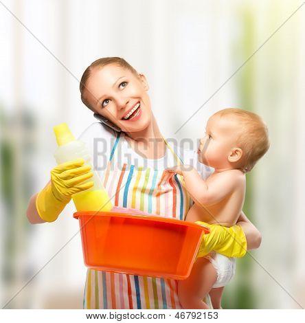 Junge froh, dass Mutter ist eine Hausfrau mit einem Kind macht Hausaufgaben und Gespräch am Telefon zu Hause