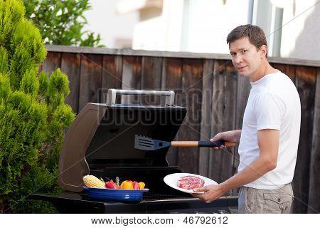 Hombre asar alimentos