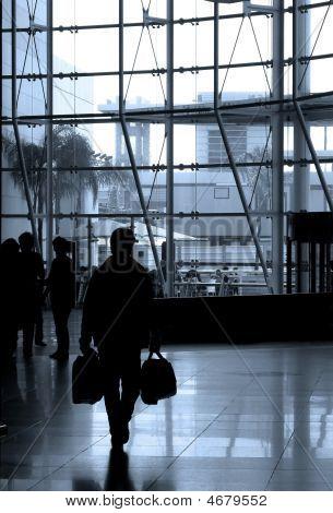 Menschen am Flughafen reisen