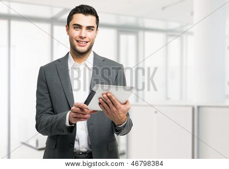 Portrait of a young Business Man hält seine tablet