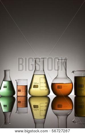 equipo de laboratorio con líquido coloreado